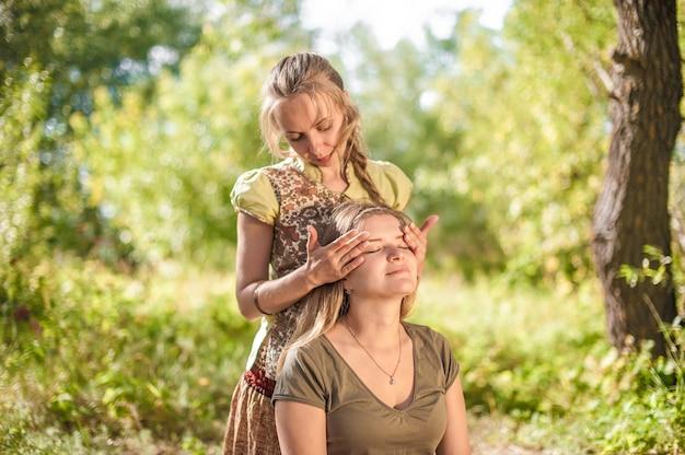 O especialista em massagens demonstra métodos de massagem refrescantes à luz do sol.