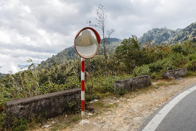 O espelho da curva de tráfego, estrada montanhosa do vietnã