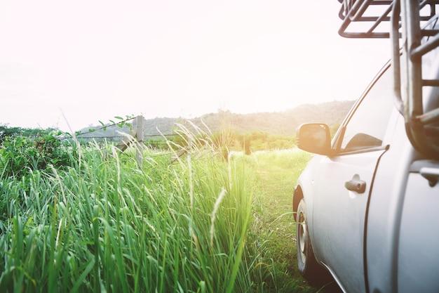 O espelho retrovisor de um carro com rua natural.