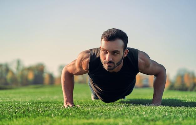 O esportista empurrando na grama
