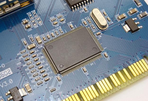 O esquema eletrônico da placa-mãe em um fundo amarelo com detalhes de rádio