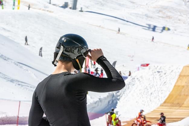 O esquiador faz uma foto do cenário da montanha