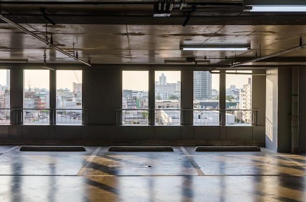 O estacionamento está vazio dentro do prédio.