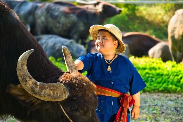 O estilo de vida das crianças que vivem em áreas rurais da tailândia como agricultoras