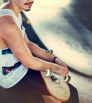 O estilo de vida do skater do homem relaxa o conceito do moderno