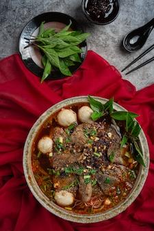 O estilo tailandês do macarrão instantâneo picante chamou tom yum.