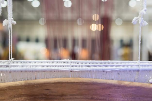 O estilo tradicional do vintage da máquina do tear é ferramenta para o weave de fazer a seda tailandesa do casulo