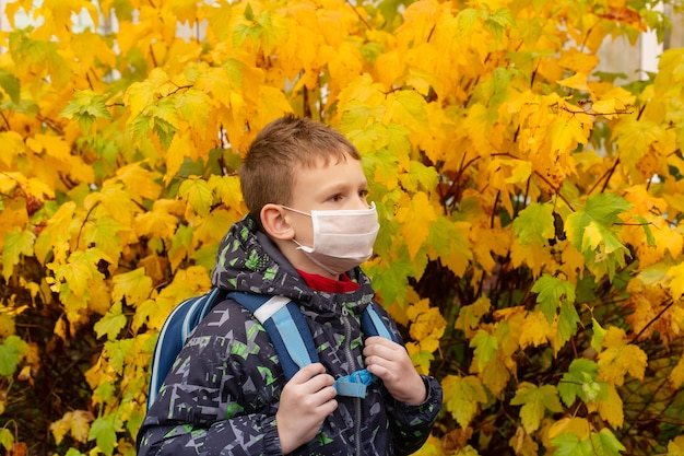 O estudante com máscara protetora na rua