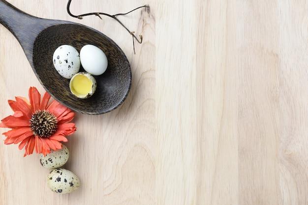 O estúdio disparou dos ovos em um fundo de madeira.