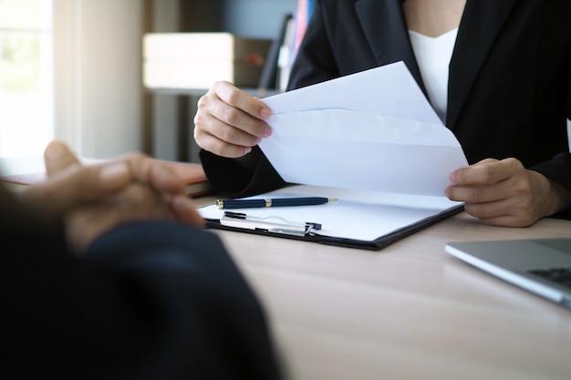 O executivo abriu uma carta de demissão do empregado.