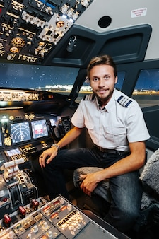 O experiente piloto sorridente está pronto para decolar.