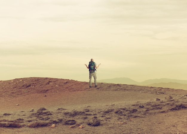 O explorador incerto está perdido em um deserto