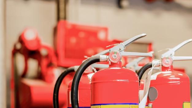O extintor de incêndio vermelho está pronto para uso em caso de emergência de incêndio em ambientes internos.