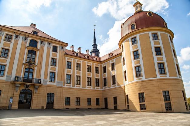 O famoso castelo de moritzburg é um palácio barroco em moritzburg, no estado alemão da saxônia
