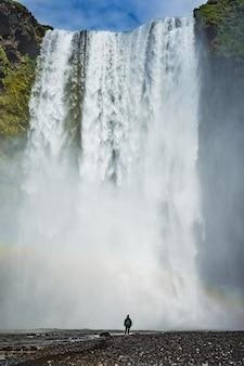 O famoso skogafoss, a cachoeira no sul da islândia com um pouco de água
