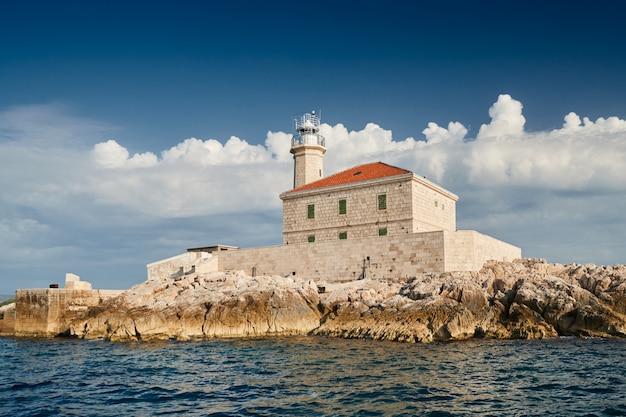 O farol da ilha na croácia
