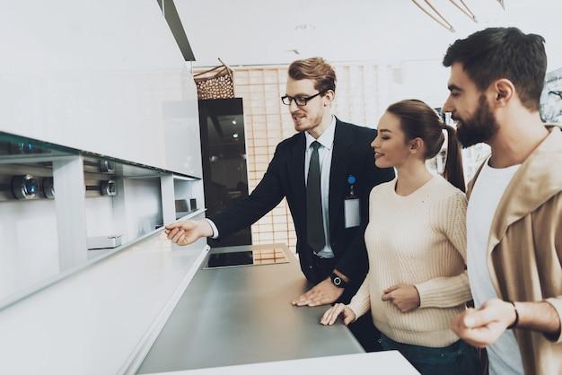 O fato de manin está mostrando a cozinha nova para acoplar clientes.