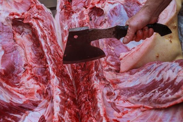 O fazendeiro massacrando um porco na aldeia. abate doméstico de porcos.