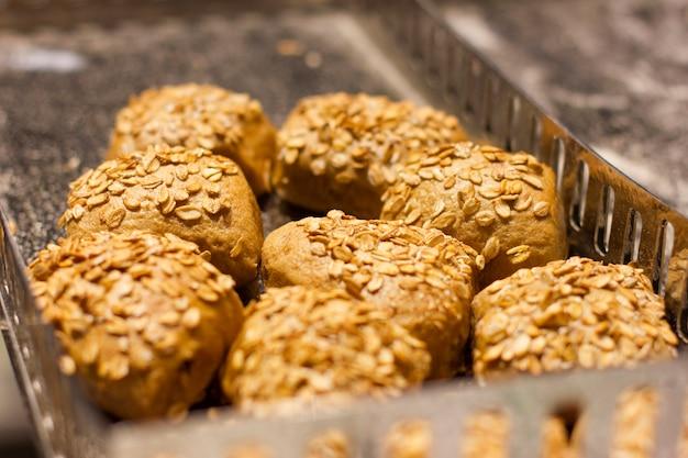 O fermento fresco rola com flocos e cereais da aveia. nutrição apropriada