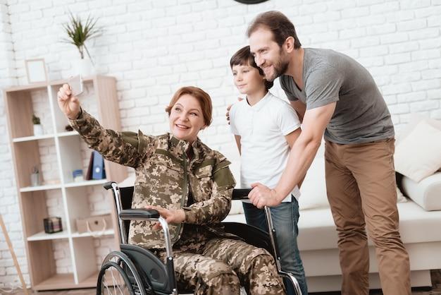 O filho e o marido estão felizes em ver uma mulher veterana.