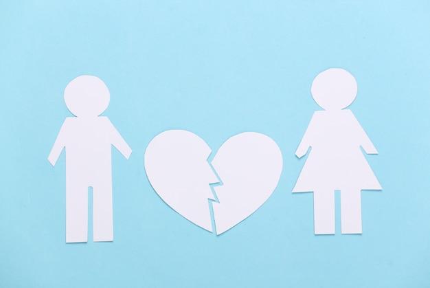 O fim do relacionamento, o divórcio. dividir homem e mulher de papel, coração partido em azul