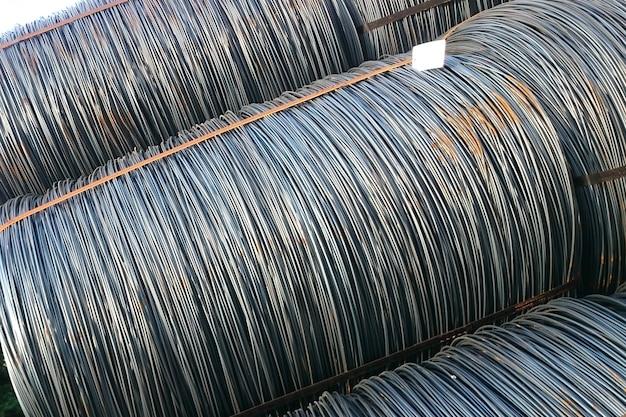 O fio-máquina é armazenado no depósito de produtos acabados da empresa metalúrgica.