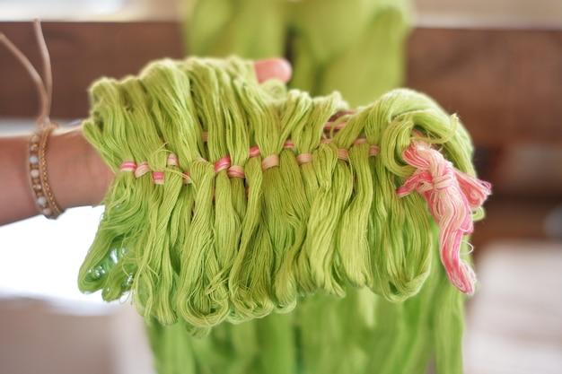 O fio utilizado para a tecelagem é uma inovação das tribos indígenas da tailândia.