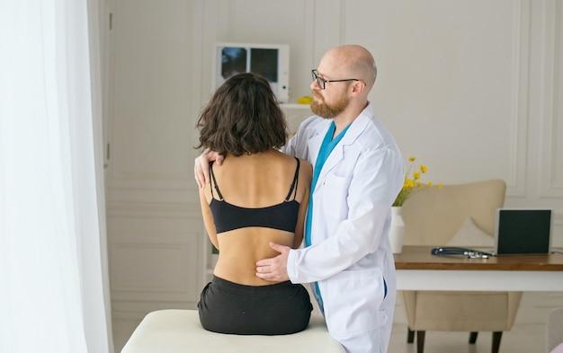 O fisioterapeuta ajuda a aliviar a dor nas costas em pacientes com traumas crônicos