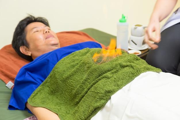 O fisioterapeuta é o trabalho importante que trabalha na equipe de reabilitação.