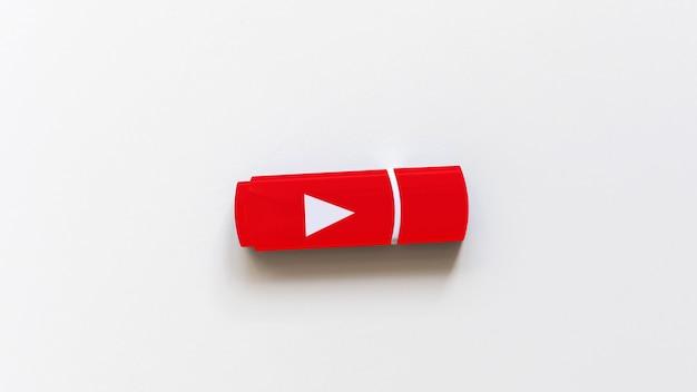 O flash drive em uma superfície branca, em forma de botão