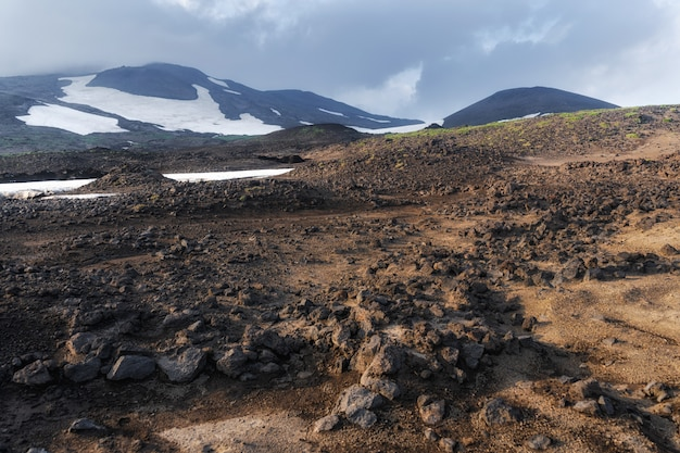 O fluxo de lava ativo de uma nova cratera nas encostas dos vulcões tolbachik - kamchatka, rússia