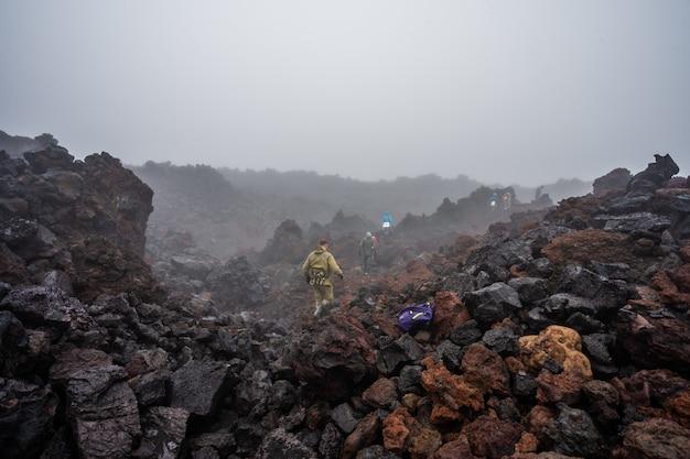 O fluxo de lava ativo de uma nova cratera nas encostas dos vulcões tolbachik