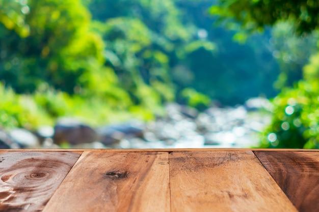 O foco seletivo da madeira velha vazia na natureza do borrão esverdeia a folha com bokeh.