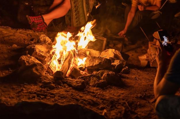 O fogo. as chamas. queima de lenha à noite.