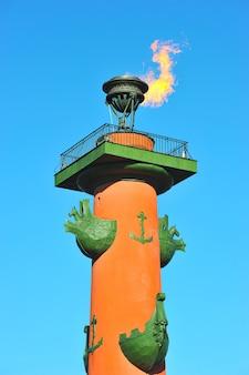 O fogo das colunas rostral em são petersburgo, rússia