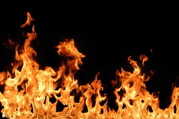 O fogo quente laranja abstrato queima no isolado