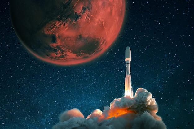 O foguete espacial decola no céu estrelado para marte. exploração e colonização do planeta vermelho marte, conceito. a nave espacial com fumaça e explosão decola para o espaço.