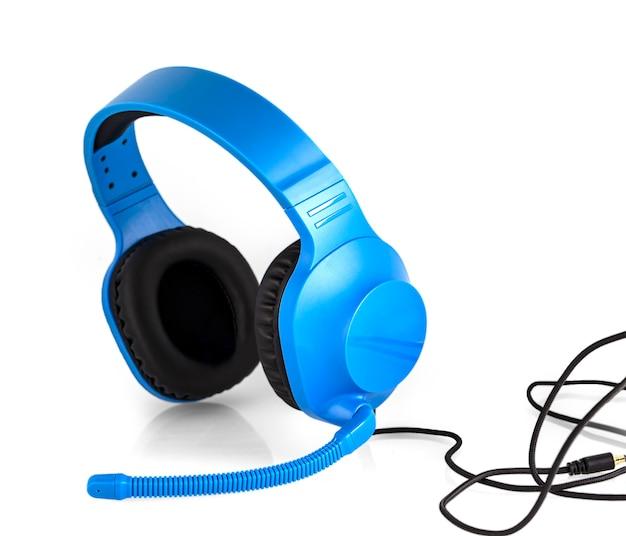 O fone de ouvido azul com microfone isolado sobre o branco