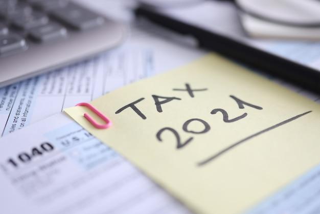 O formulário fiscal para calculadora e documento está na mesa