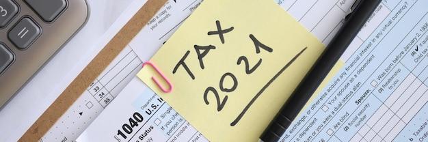 O formulário fiscal para com caneta e relatório está na mesa