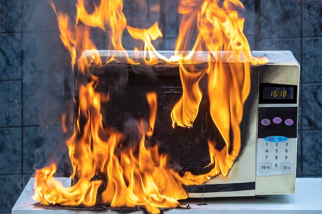 O forno de microondas pegou fogo como resultado de operação inadequada