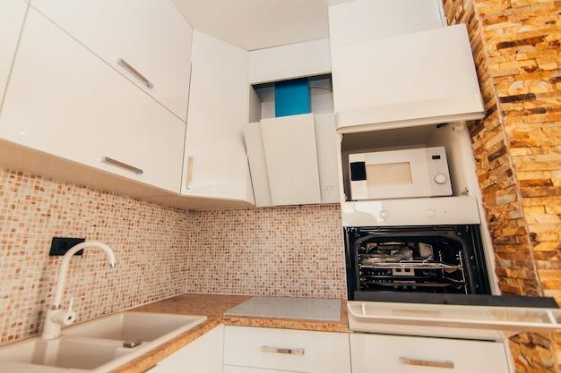 O forno na cozinha. fogão com forno. a cozinha do apartamento.