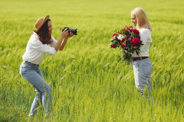 O fotógrafo faz um photoshoot para a mulher
