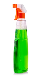O frasco de spray verde com produtos químicos caseiros isolados no fundo branco