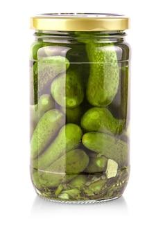 O frasco de vidro com pepinos em um fundo branco