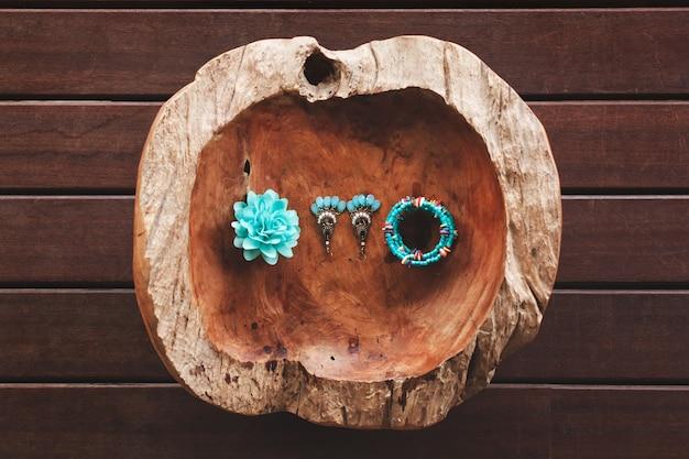 O fruto do coco de mer. a decoração da noiva. flor. pulseira. brincos. tiffany.