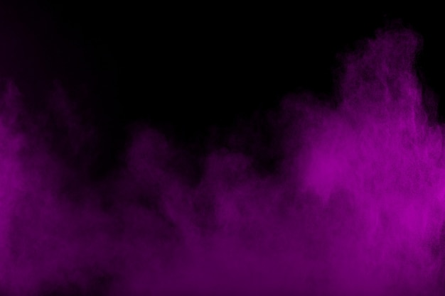 O fumo roxo abstrato fluiu no fundo preto nuvens de fumo roxas dramáticas.