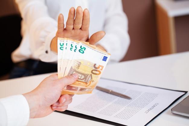 O funcionário público recebe suborno por facilitar a assinatura do contrato.