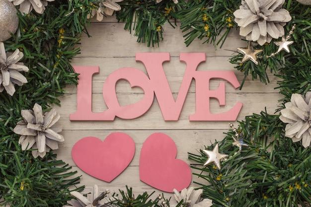 O fundo da árvore de natal com espaço da cópia e a palavra amam da madeira.