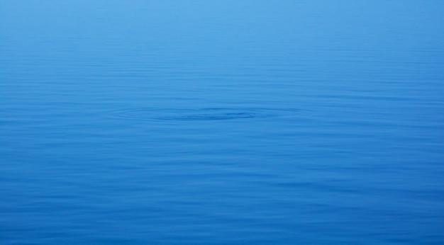 O fundo de água azul natural suave